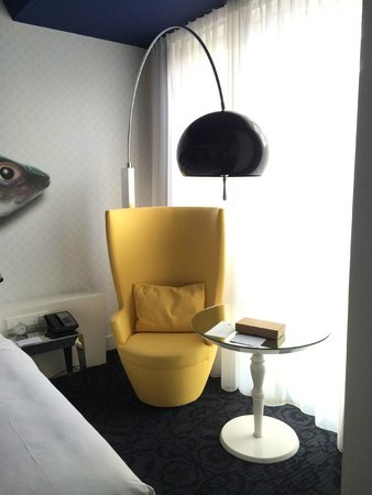Andaz Amsterdam Prinsengracht: Window chair overlooking the canals