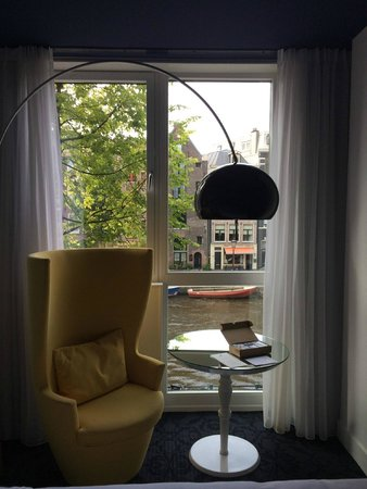 Andaz Amsterdam Prinsengracht: VIew to the canal in front of the hotel