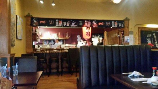 Izmi Sushi Bar: Sushi preparation counter.