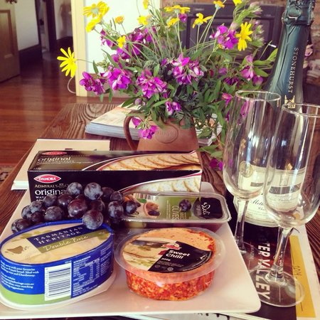 Cedar Creek Cottages & Wine: Bubbly and Cheese on arrival (optional Extra)