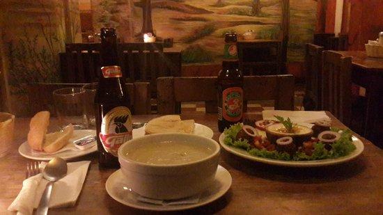 Rainbow Cafe: Sopa de papa y puerro, humus y falafel