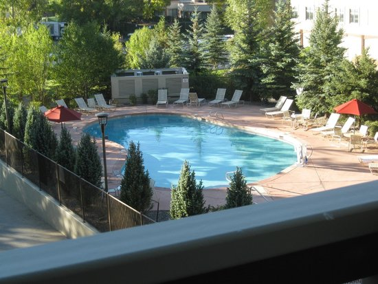 Sheraton Mountain Vista Villas, Avon / Vail Valley: Pool Area view from our 3rd floor balcony