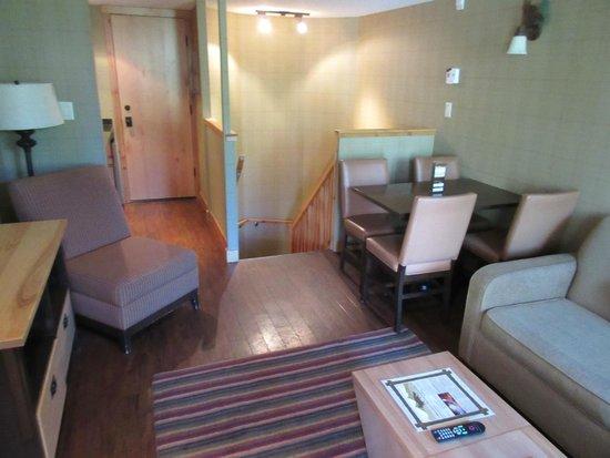 Fox Hotel & Suites: living room