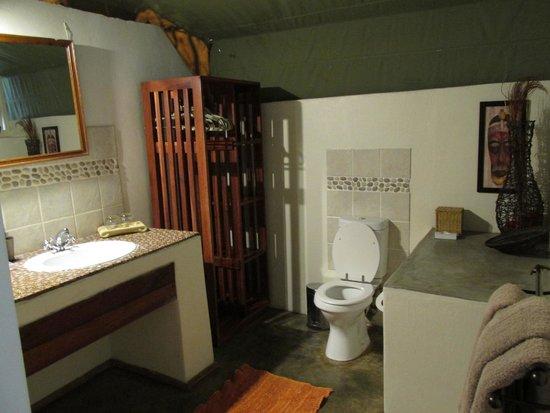 Elephant Valley Lodge: Bathroom had hot shower.