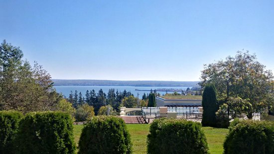 Digby Pines Golf Resort & Spa: Patio overlooking Annapolis Basin where we ate lunch.