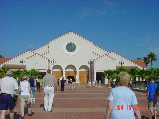 Basilica of the National Shrine of Mary, Queen of the Universe: Entrance from the parking lot