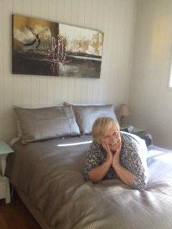 Killarney View Cabins and Caravan Park: 1 of the bedrooms, Beautiful Decor