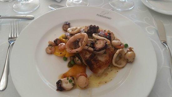 Portofino Restaurant: Corvina con salsa de mariscos