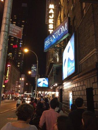 Majestic Theatre: 開演前の長蛇の列