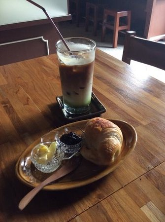 Old Town Cafe Bangkok: old town muddy iced coffee with plain croissant