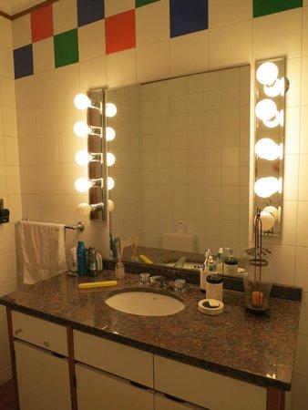 816 B&B : gran espejo, amplio lavatorio y mucha luz, muy agradable