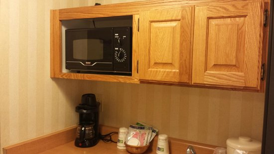 Holiday Inn Express Camarillo: Microwave in the Cabinet