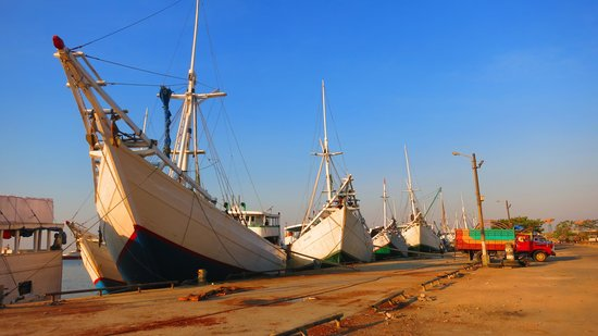 Paotere Harbor: The majestic traditional ships