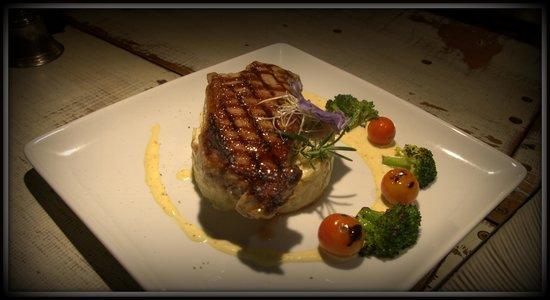 L'Atelier Gourmand Bistro: Porterhouse steak, Gratin Dauphinois, Tasmanian Blue cheese and riesling sauce