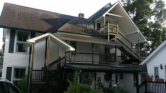 Homestead Inn: Front of the house