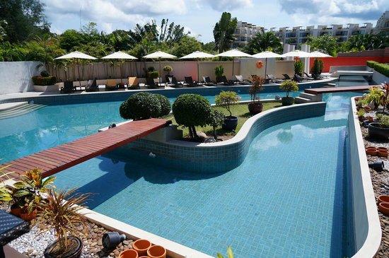 Dewa Et Swimming Pool Near To Restaurant