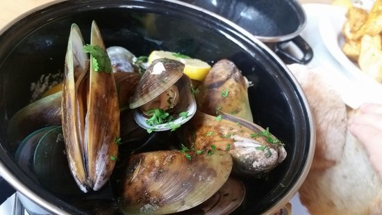 Devonport Stone Oven Bakery & Cafe: NZ green lipped mussels in creamy garlic and white wine