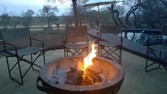 Mvuradona Safari Lodge: Fireplace