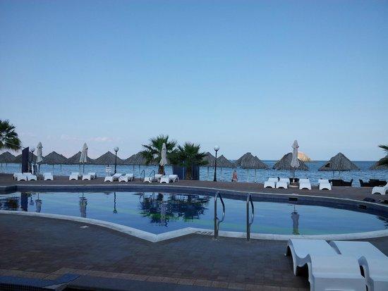 Holiday Beach Motel: Вид на бассейн