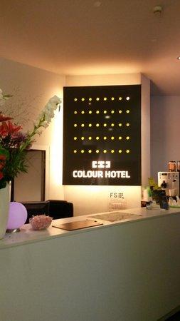 Colour Hotel: Recepción
