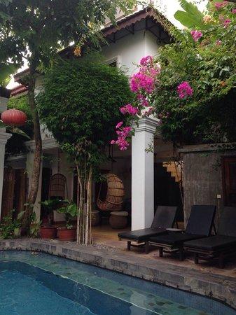 Rambutan Hotel Siem Reap : Poolside view of the courtyard