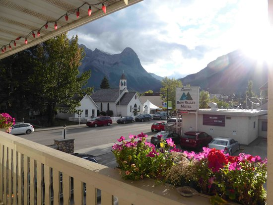 Bow Valley Motel: View from entrance of room