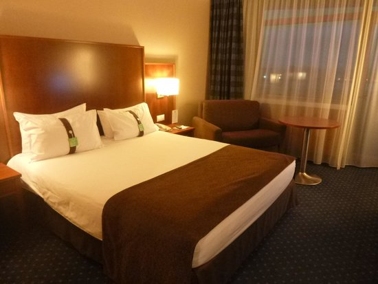 Holiday Inn Moscow Sokolniki : 枕が固めと柔らか目の2種類おいてあります
