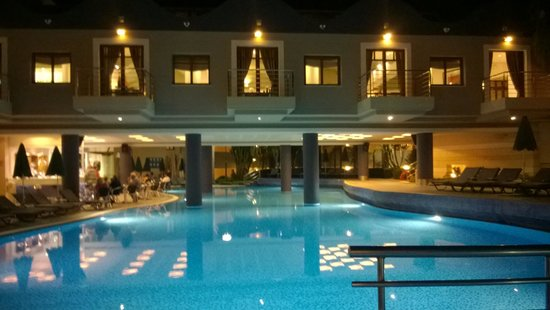 Porto Platanias Beach Resort & Spa: Evening in Porto Platanias