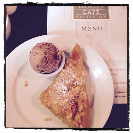 The Three Roofs Cafe: Bakewell Tart and Chocolate ice cream.