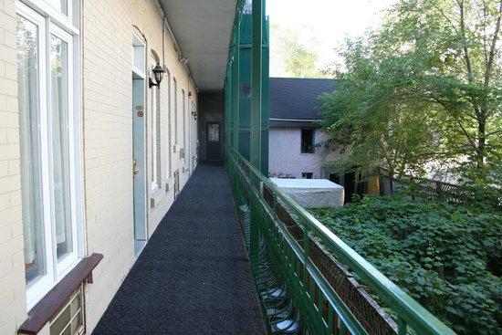 Auberge le Jardin d'Antoine : La coursive au calme