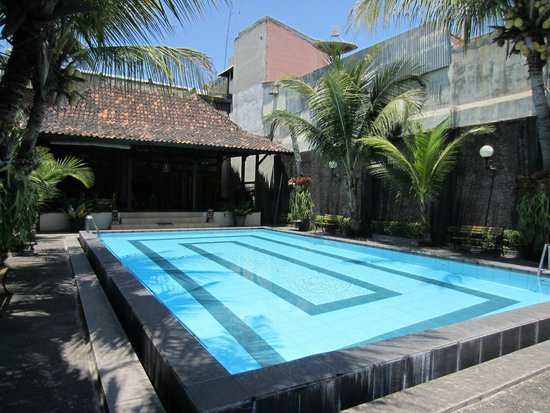 Cakra Homestay: swimming pool