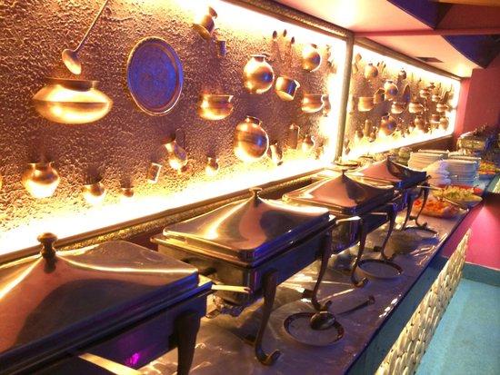 Grand Sartaj Hotel: 朝食ビュッフェ