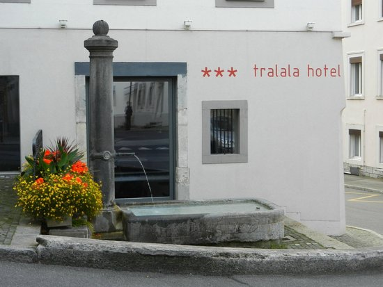 Tralala Hotel Montreux: The hotel and one of many water troughs in the town