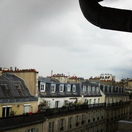 Opera Deauville Hotel: Дождь и крыши Парижа
