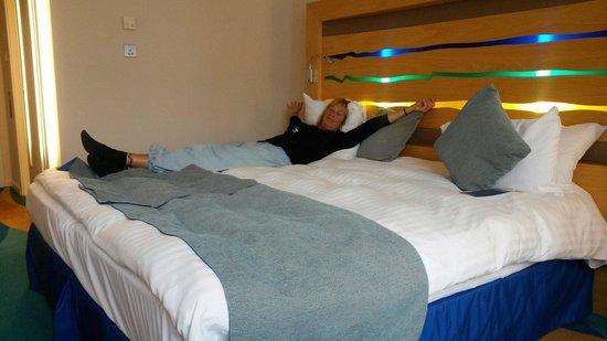 راديسون بلو هوتل لندن ستانسدتيد إيربورت: Heerlijk breed bed met een kwaliteit matras.