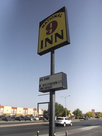 National 9 Inn: Enseigne voyant