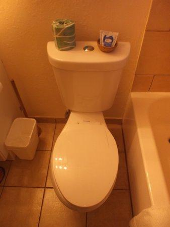 National 9 Inn: WC in room 119