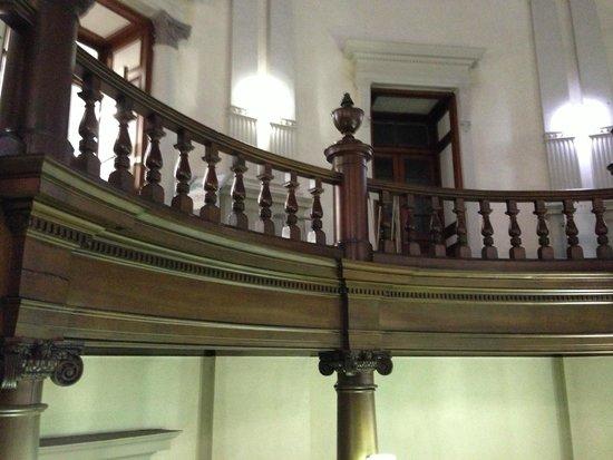 Osaka Prefecture Library: 歴史を感じる内装