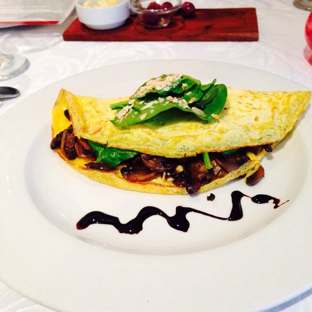 Savannah Cafe: Baby spinach, mushroom and almond omelette