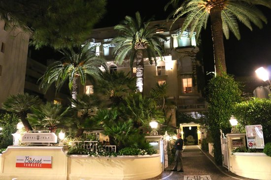 Hotel Juana: Front entrance at night