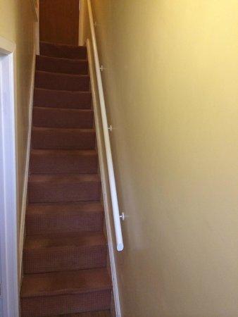 The Pineapple Hotel: продавленная, крутая и очень узкая лестница