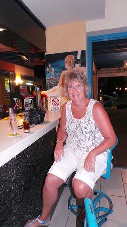 Kefalonitis Hotel Apts.: Elaine testing the bar out
