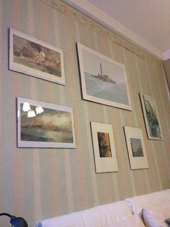 Alle Fondamente Nuove : 牆上有很多威尼斯的畫