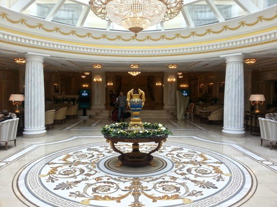 The State Hermitage Museum Official Hotel: Centrepiece at the front lobby