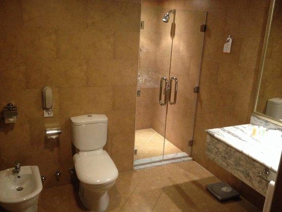 Swiss-Belhotel Doha: حمام