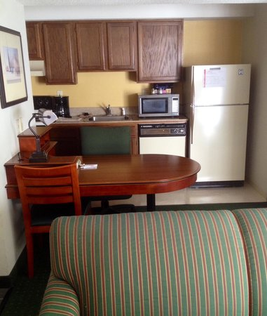 Hawthorn Suites By Wyndham Fishkill/Poughkeepsie Area: Queen Suite Kitchen