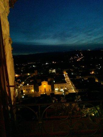 Albergo Il Castello: Ночной вид из окна на нижний город с кафедральным собором