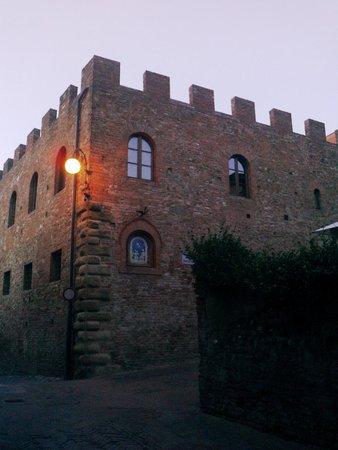 Albergo Il Castello: Фонарь перед отелем. Ночь