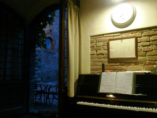 Albergo Il Castello: Бар отеля, скоро зазвучит пианино