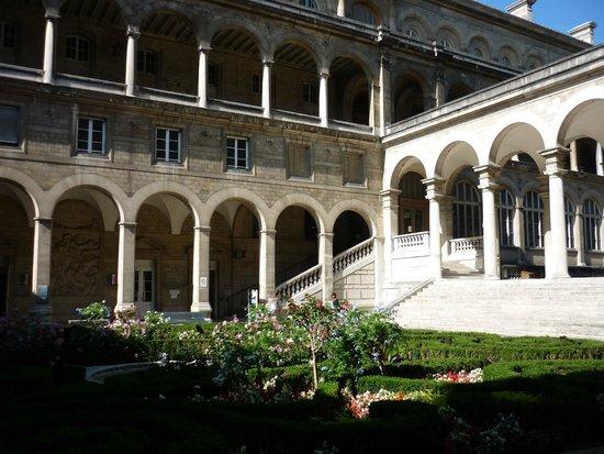 Hospitel-Hotel Dieu Paris: Hospitel-Hotel courtyard garden